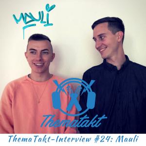 Rapper Mauli im ThemaTakt-Interview. Rechts neben ihm steht Host Tobias Wilinski